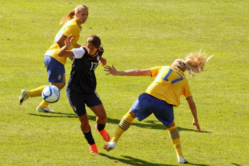 Tobin Heath dribblar