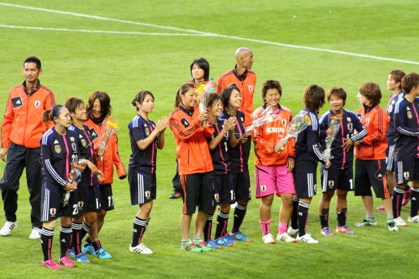 Japans spelare applåderar sina supportrar
