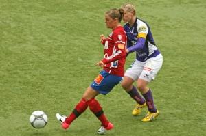Linda Fransson med Sofia Karlsson i ryggen.