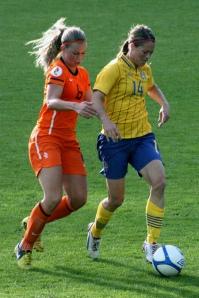 Johanna Almgren med Anouk Hoogendijk i ryggen