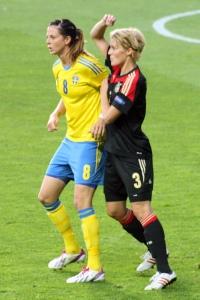 Lotta Schelin med Saskia Bartusiak i ryggen.