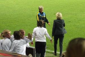 Pia Sundhage gratulerar Silvia Neid.
