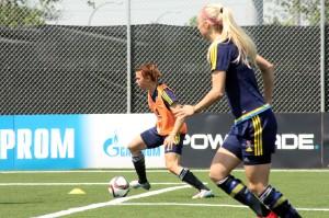 Jessica Samuelsson med bollen, Amanda Ilestedt i förgrunden