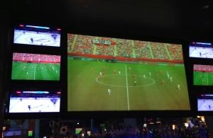 Damfotboll på stora skärmen Stanley Cupfinalen på de små.