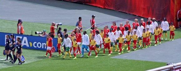 Inmarsch för Kamerun och Schweiz