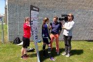 Levande skärmhållare när TV4 intervjuar Emma Berglund