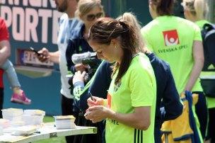 Lotta Schelin skriver autografer