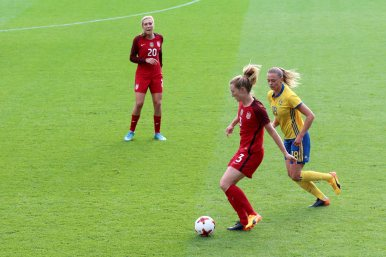 Samantha Mewis med Fridolina Rolfö i ryggen
