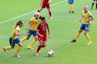 Carli Lloyd jagas av Caroline Seger och Kosovare Asllani