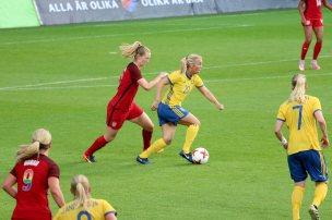 Mimmi Larsson med Samantha Mewis i ryggen