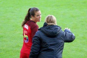 Kelley O'Hara får instruktioner av Jill Ellis