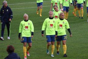 Julia Spetsmark, Hanna Glas och Mimmi Larsson. Bakom dem Pia Sundhage och Fridolina Rolfö.