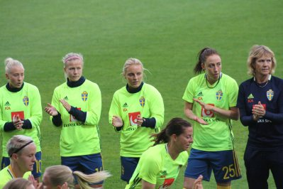 Julia Spetsmark, Hanna Glas, Mimmi Larsson och Petra Andersson applåderar när Nilla Fischer och Lotta Schelin springer.