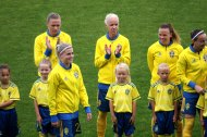 Olivia Schough applåderas av Fridolina Rolfö och Caroline Seger. Jessica Samuelsson och Kosovare Asllani till höger.