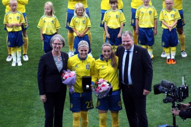 Olivia Schough och Kosovare Asllani uppvaktas, bland annat av Karl-Erik Nilsson.
