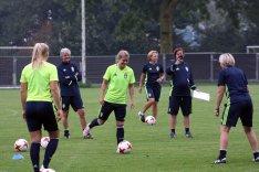 Kvadraten, Hanna Folkesson med bollen. Lilie Persson jagar. Och Sara Thunebro fotar.