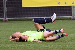 Fridolina Rolfö och Jessica Samuelsson stretchar