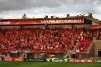 Orange supportrar.