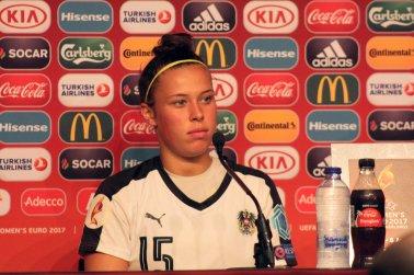Nicole Billa på presskonferens
