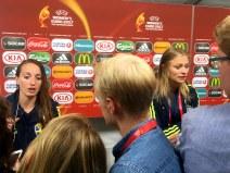 Kosovare Asllani och Fridolina Rolfö i mixade zonen